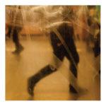 Zdjęcie, ludzie idący, widok przez szybę, fot. Dorota Raczyńska